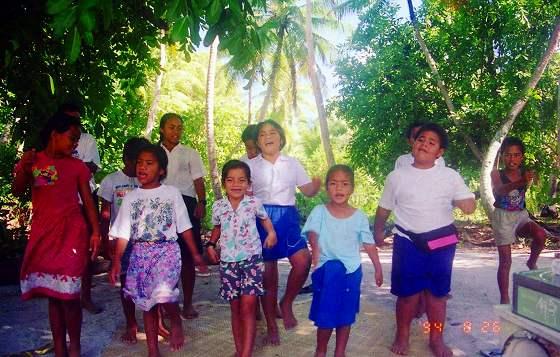 南太平洋独特の足さばきのダンスを